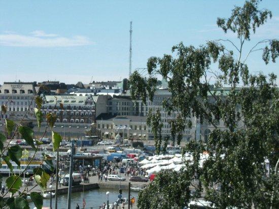 Hostel Suomenlinna: Ferry dock and market en route to Suomenlinna Hostel