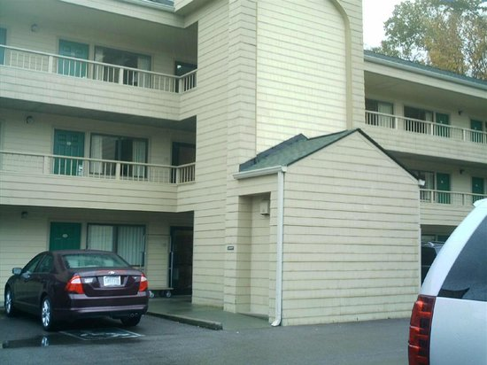 Quality Inn & Suites at Dollywood Lane: This is the main building showing elevator.