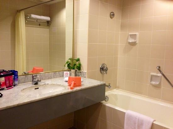 Bayview Hotel Langkawi: Toilet comes with bathtub and separate shower area