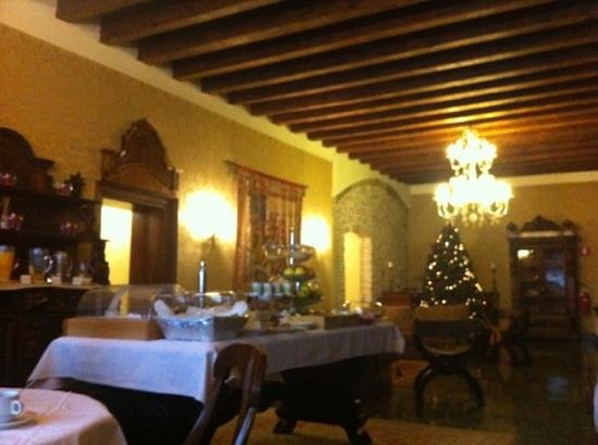 Palazzo Priuli: small and cozy breakfast area which served good amount of variety