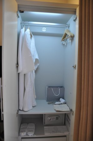 The Alcove Library Hotel: wardrobe