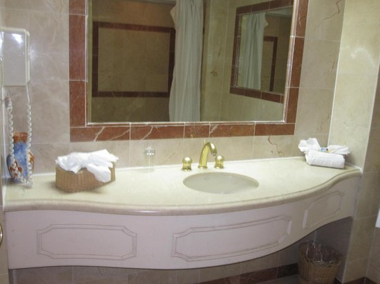 Coco Reef Resort & Spa Tobago: Bathroom