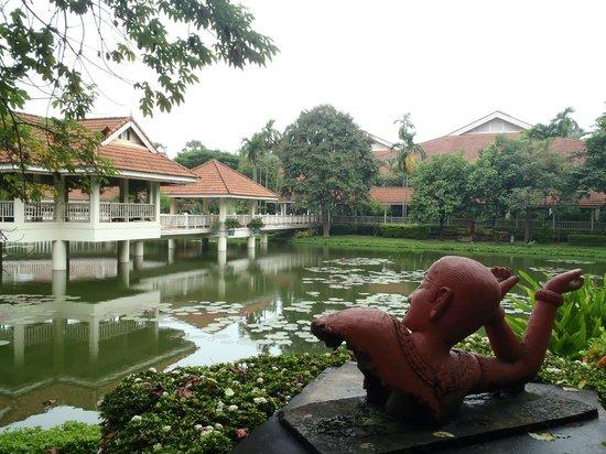 Sofitel Angkor Phokeethra Golf and Spa Resort: Beautiful grounds