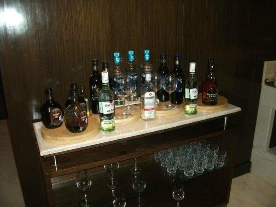 Courtyard by Marriott Mumbai International Airport: Executive club drinks selection 6-9pm