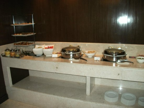 Courtyard by Marriott Mumbai International Airport: Limited no of snacks 6-9pm in exec lounge