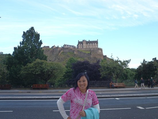 Caledonian Backpackers: Edinburgh castle is just down the road