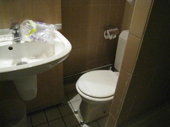 Victoria Hotel: トイレ狭いです。ペーパーはあるのですが日本から持ってきたもの使用