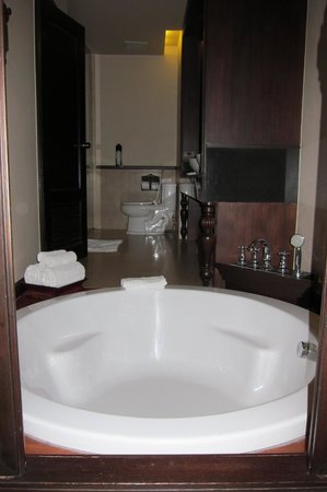 Siripanna Villa Resort & Spa: Bathroom - view from the bed