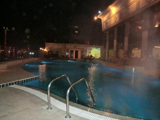 Hilton Cairo Zamalek Residences: pool waiting for the euro cup game