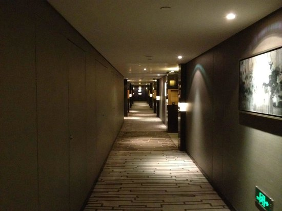 Hilton Beijing Wangfujing: hallway leading to rooms