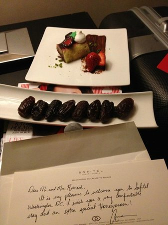Sofitel Washington DC: Letter and dessert