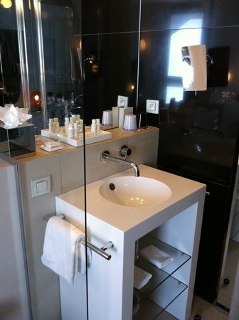 Hotel 7 Eiffel: Well designed bathroom