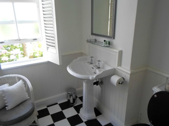 Southern Cross Beach House: Clean Bathroom