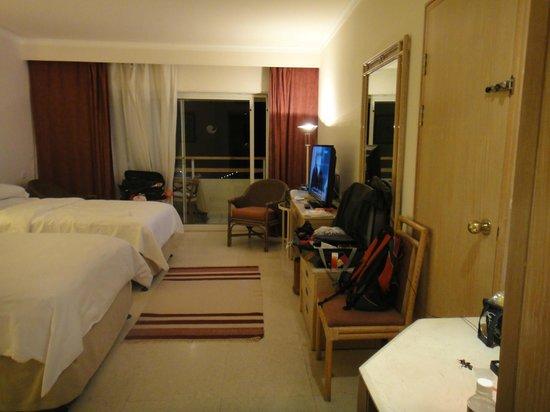 Hilton Hurghada Plaza: Plain looking room
