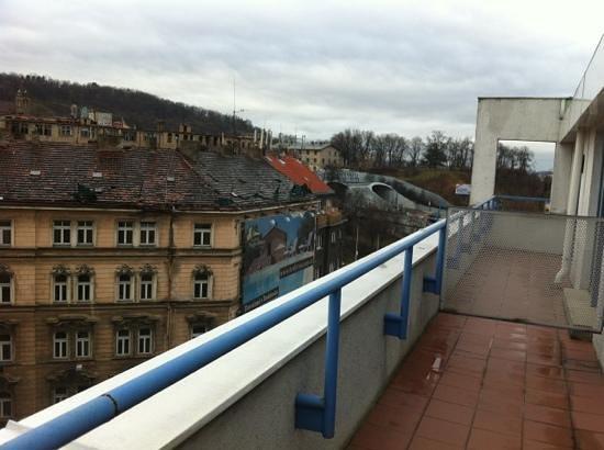 NH Prague City: terrazzo della camera palazzi degradati