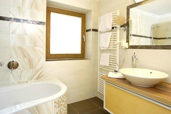 Hotel Gasthof Tiroler Buam: Bad im Lodenzimmer