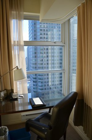 One King West Hotel & Residence: Desk Area
