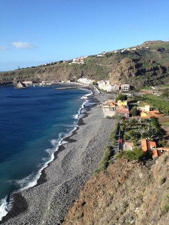 Hotel Jardin Tecina: Blick auf den Strand mit dem Club Laurel