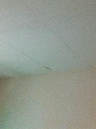 Sri Ratih Cottages: damp coming through ceiling