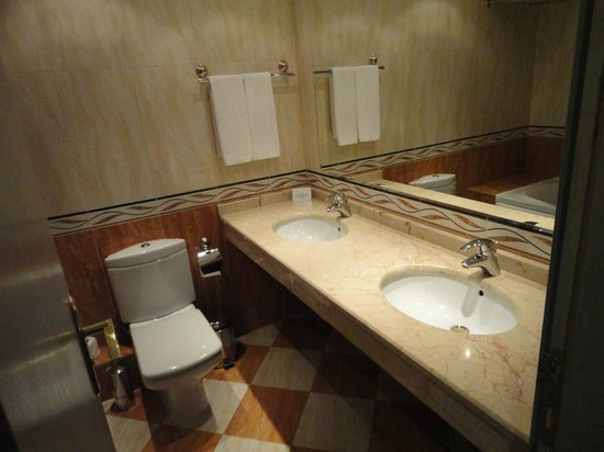 Duni Marina Royal Palace: Bath room (with dual sinks)