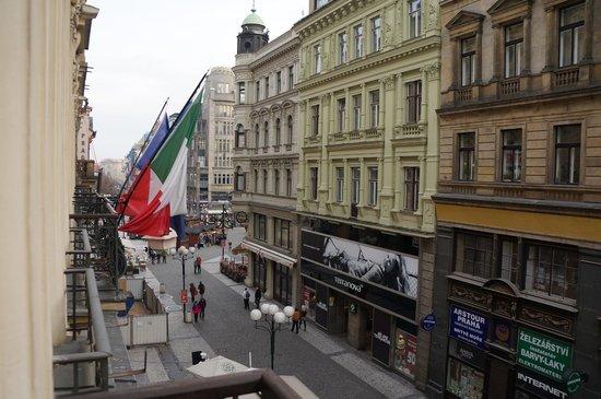 Hotel Liberty: Вид с балкона на улочку
