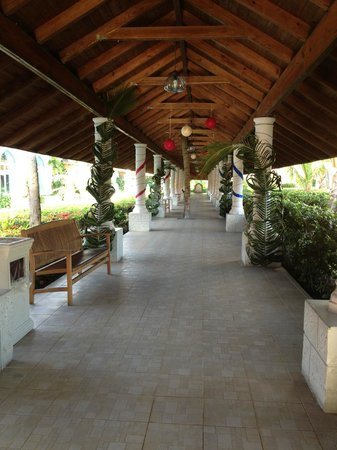Majestic Colonial Punta Cana: Walk way to buffet