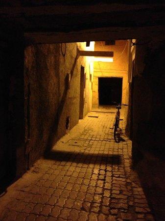 Riad Ta'achchaqa : dark walk to get to the riad...