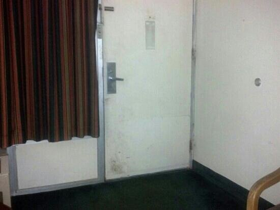 Super Lodge Inn & Suites Greenville : Looks like door has not been cleaned or painted in years
