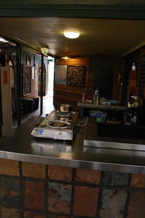 On The Wallaby Backpackers Lodge: BBQ and kitchen area
