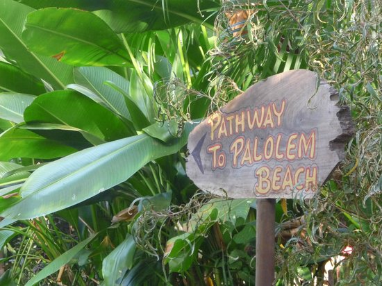 Bhakti Kutir: the path from BK down the beach