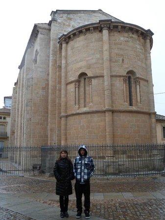 Zamora. Romanesque church; frezing ( but happy ) tourists