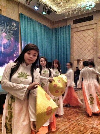 شيراتون نا ترانج بيتش هوتل آند سبا: New Year's Eve gala dinner local entertainment 2 