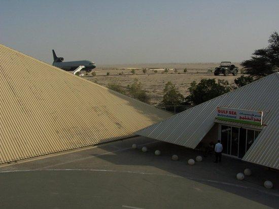 Emirates National Auto Museum: Piramida, samolot i Jeep a także bar