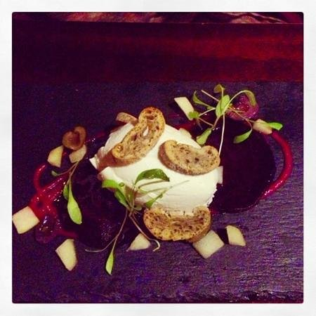 Old Bridge Inn: Goats cheese and beet root