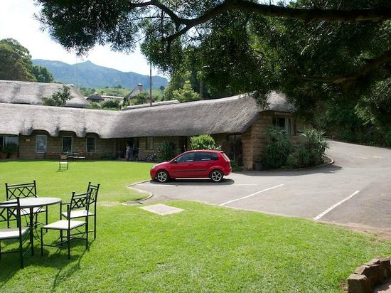Cavern Drakensberg Resort & Spa: The Cavern front lawn