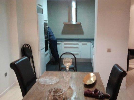 Marshall Apartments: Soggiorno con angolo cucina