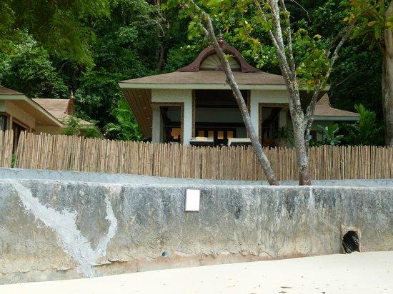 โรงแรมรายาวดี: Villas sur Phralang beach (aucune intimité)