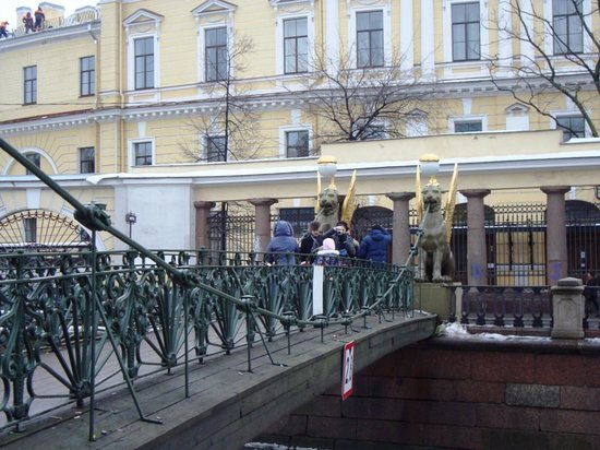 Your Guide in Saint-Petersburg - Tours: Griffins and tourists on the Bank bridge
