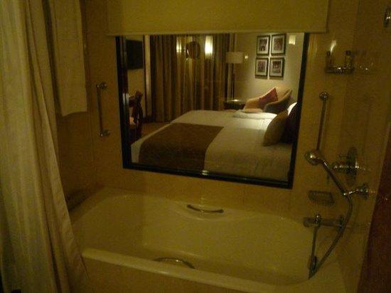 Shangri-La's Eros Hotel: バスルームより