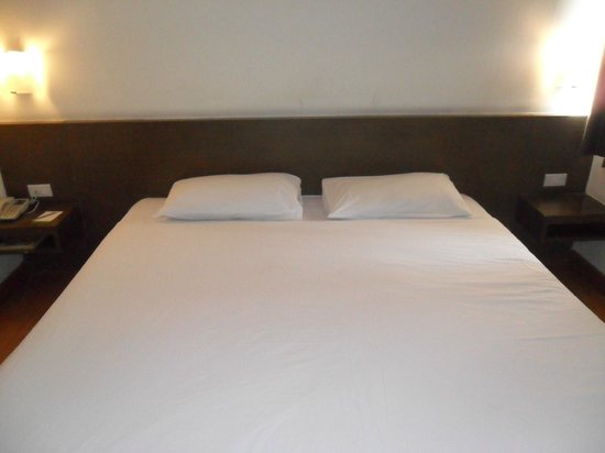 Seasons Siam Hotel: big bed for 2