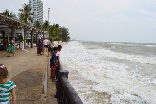 The Regent Cha Am Beach Resort: Beach front