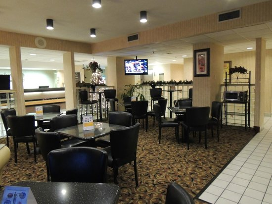 Quality Inn: Dining area with TV