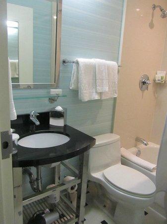 Hotel Mela: Baño pequeño pero limpio