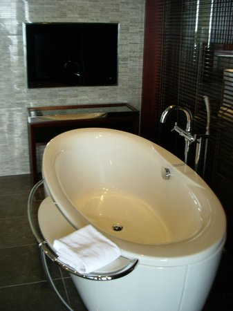 Sofitel Philippine Plaza Manila : Bathroom in the Imperial Residence section