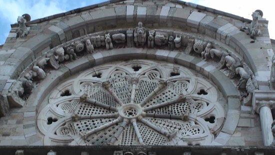 Cattedrale di Troia: Particolare ricchezza rosone