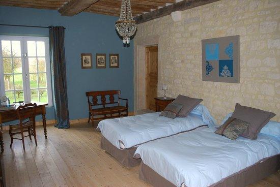 Ferme-manoir de Cacharat : chambre bleue