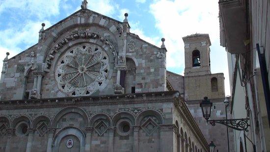Cattedrale di Troia: Facciata con rosone originale e campanile di succ costruz