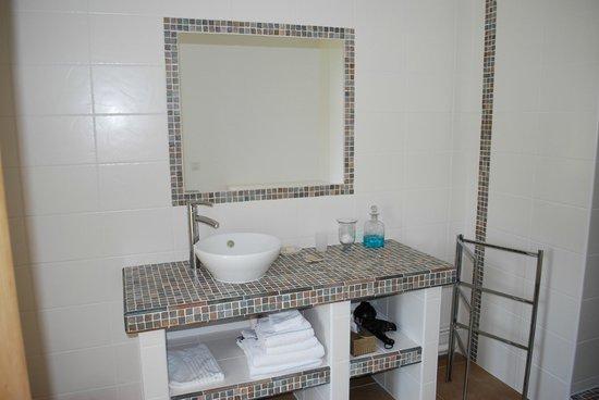 Ferme-manoir de Cacharat : salle de bain de la chambre bleue