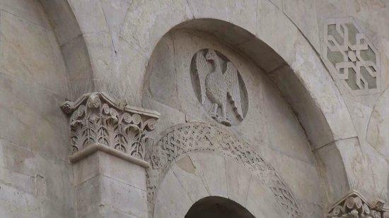 Cattedrale di Troia: Segni di stile Pisano e tradizoni animalesche