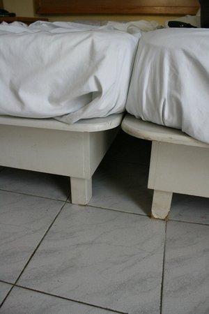 """Canifor Hotel: Le """"reti"""" del letto, 2 tavoli in legno con le gambe segate"""